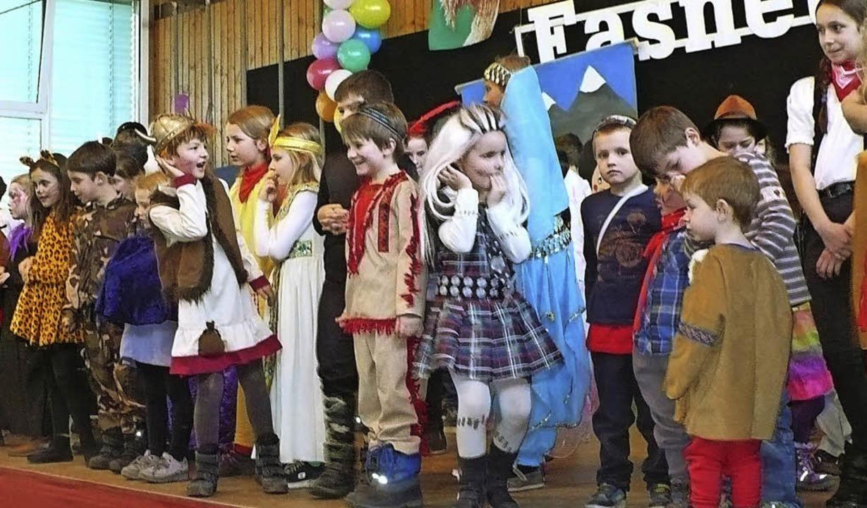 Laut, wild und bunt feierten die klein...all in der Wutachhalle in Ewattingen.     Foto: Rittner