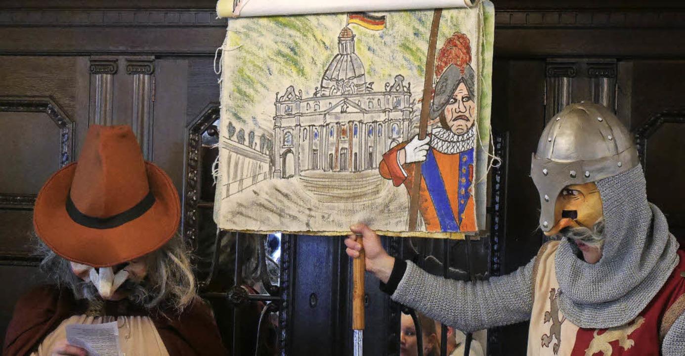 Auch aktuelle Verse präsentierten die ...ng für Pfarrer Becker in Richtung Rom.  | Foto: Nikolaus Trenz