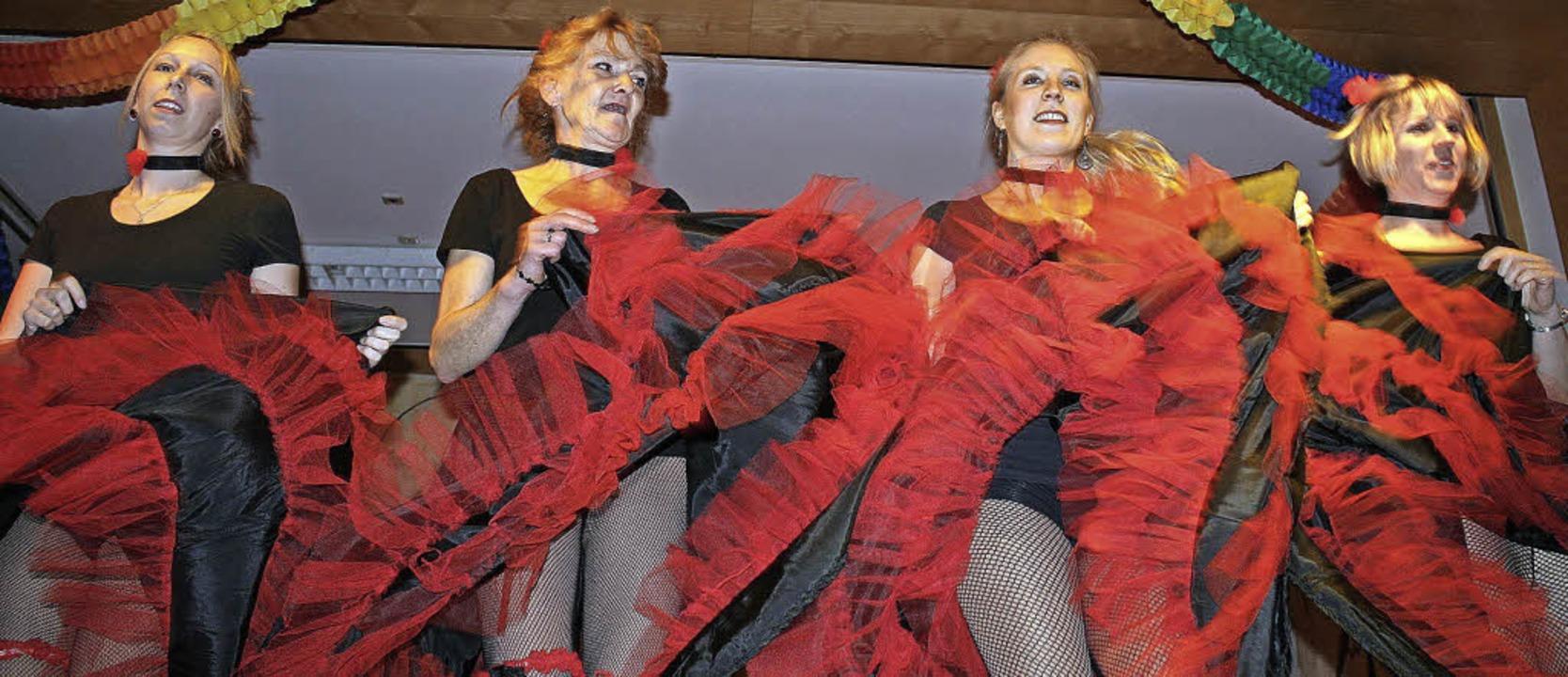 Wirbelnde Röcke, hochgeworfene Beine: ...Tanz im Wilden Westen von St. Ulrich.   | Foto: Jonas Hirt