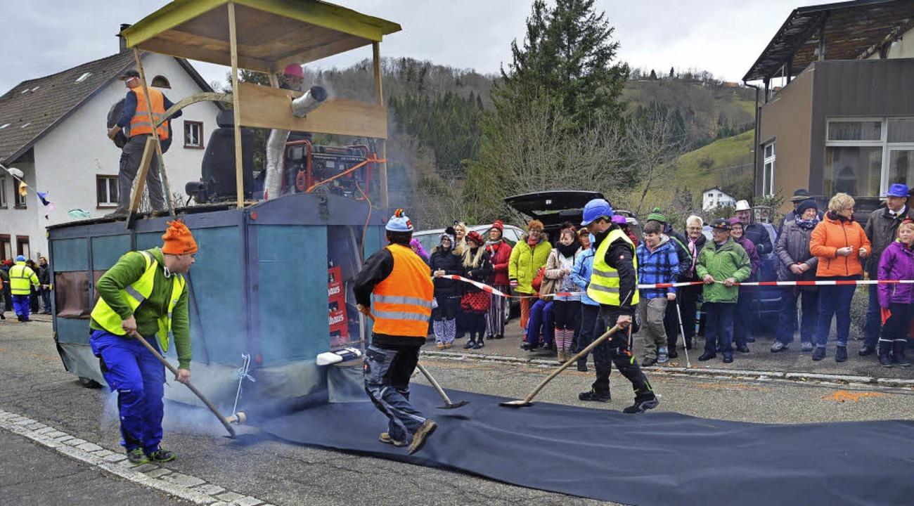 """Die Ehrsberger Wagenbauer kamen beim H...ine"""", um die Löcher zu stopfen.     Foto: Karlheinz Rümmele"""