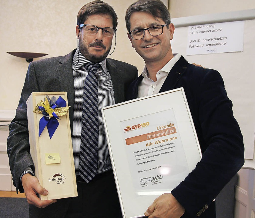 Ehrenmitglied: Fritz Gloor (links) überreicht Albi Wuhrmann die Ehrenurkunde.     Foto: Valentin Zumsteg