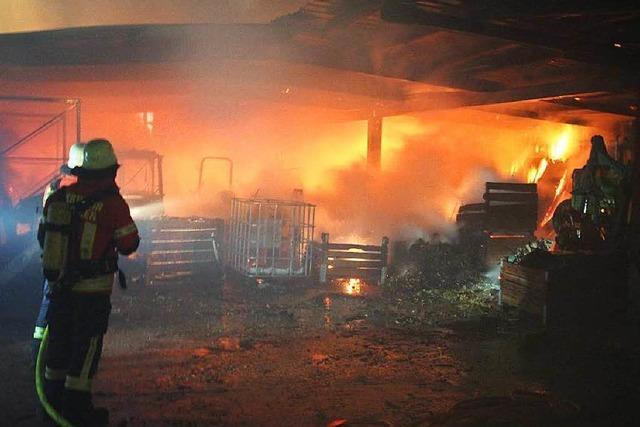 Schuppen eines Aussiedlerhofes brennt – Großeinsatz bei Bötzingen