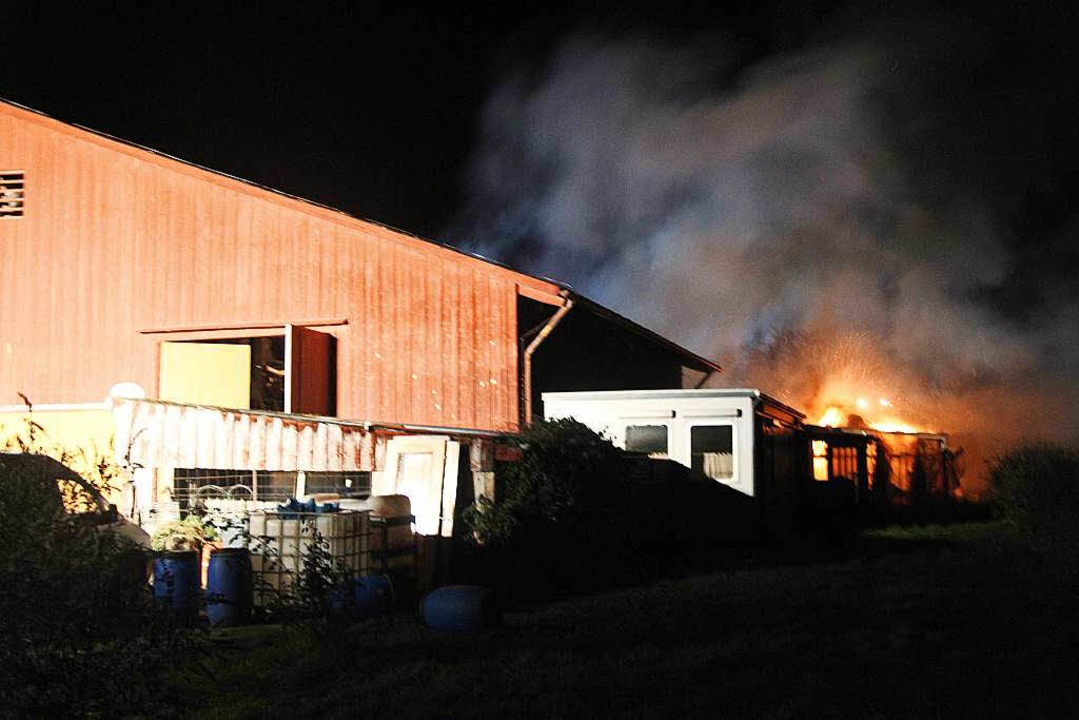 Ein Brand in einem Geräteschuppen hat ...hler Feuerwehren auf den Plan gerufen.  | Foto: Horst David