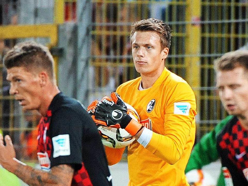 SC-Schlussmann Alexander Schwolow (Mit... der Niederlage gegen Bochum gelassen.  | Foto: Michael Heuberger