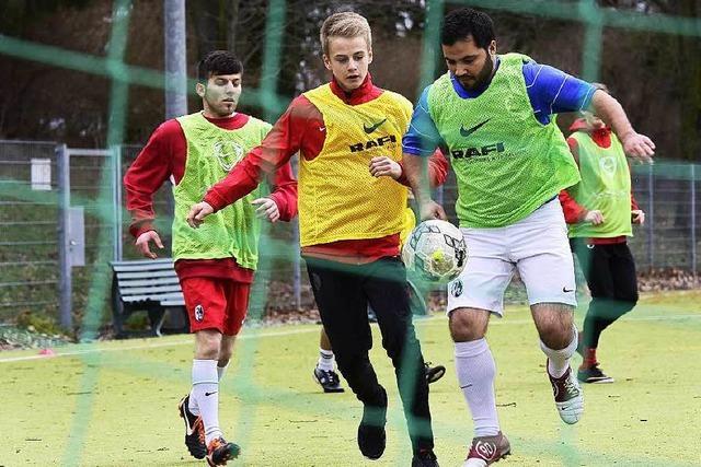Flüchtlinge trainieren beim SC Freiburg und dem PSV