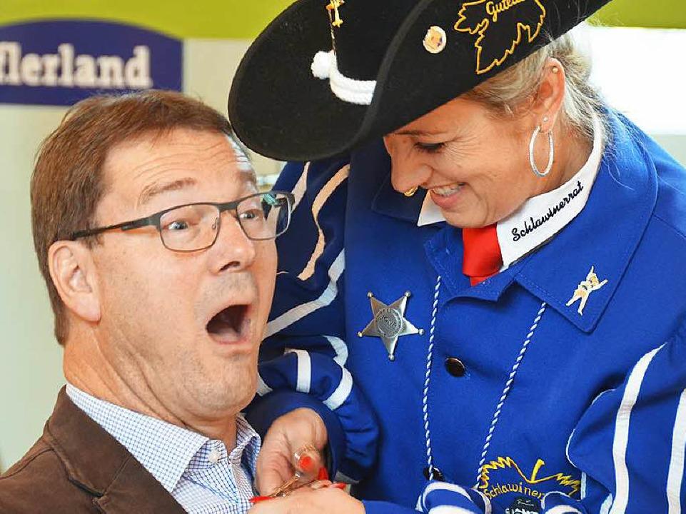Da geht's dem Bürgermeister an d...schmann den obersten Hemdknopf opfern.  | Foto: Alexander Huber