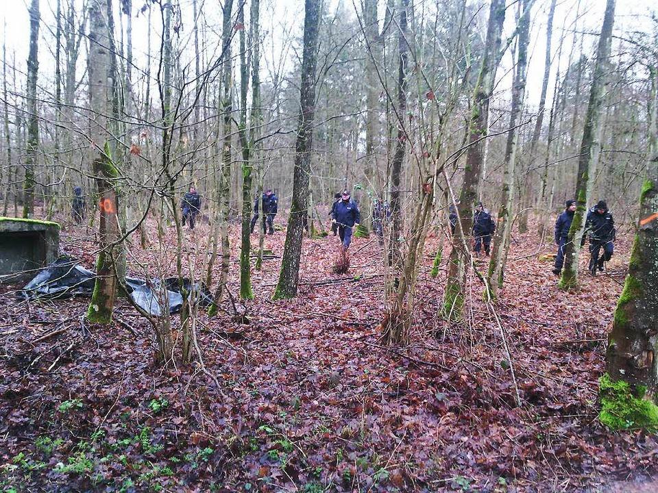 Polizisten suchen nach dem Gewaltverbr...en Frau Spuren im Wald  bei Willstätt.  | Foto: Hubert Röderer