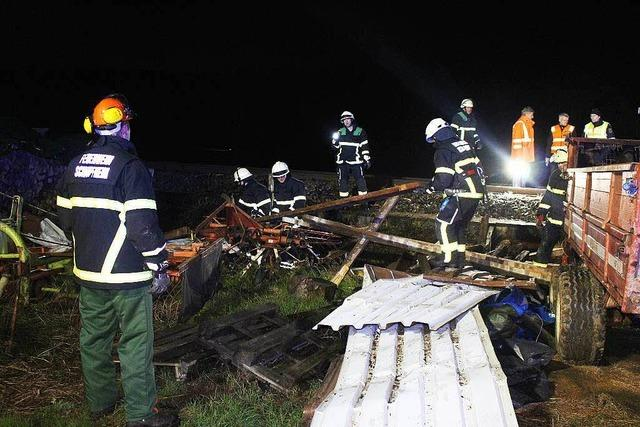Sturm weht Blechhütte auf Bahngleis – Züge fallen aus
