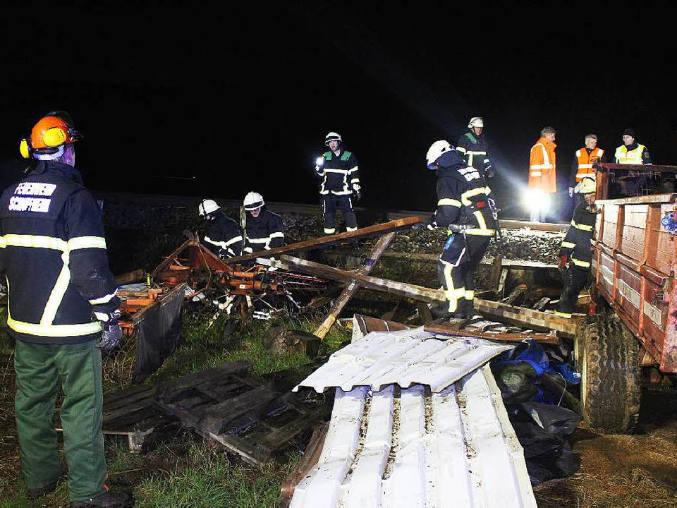 Die Feuerwehr beseitigt die Überreste der überfahrenen Blechhütte.   | Foto: Kamera 24