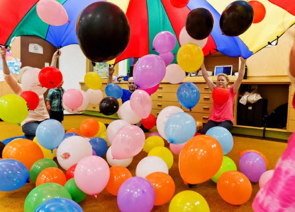 Luftballons fliegen in der Musikschule...einsten an Musik herangeführt werden.   | Foto: Fotos: Stadt Waldkirch