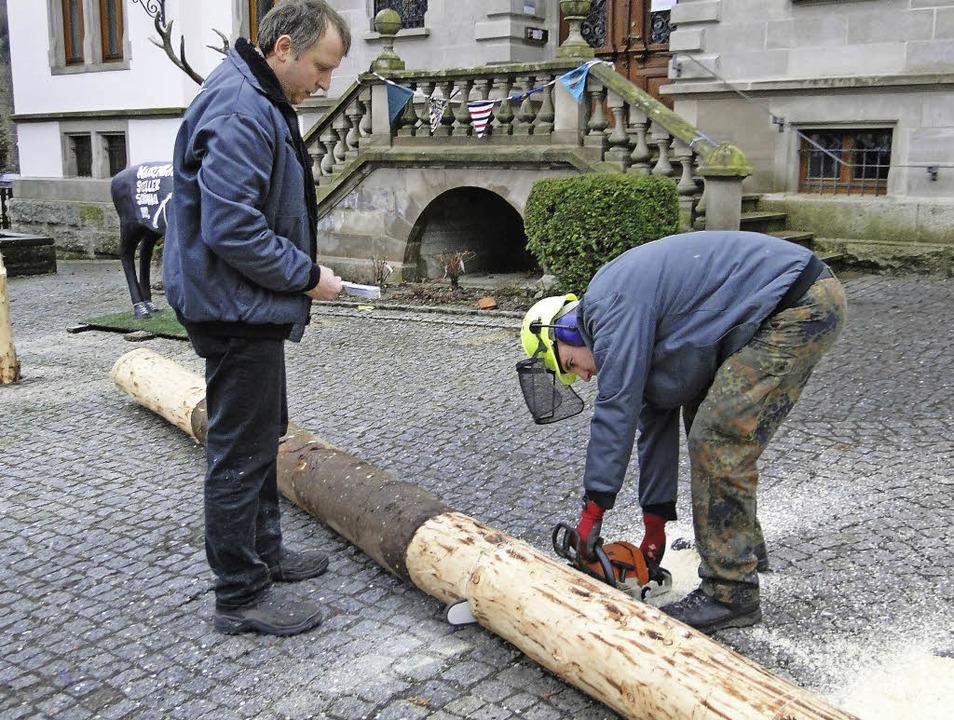 Der gefällte Schönauer Narrenbaum erbr...ise 888,88 Euro für einen guten Zweck.    Foto: Jennifer Frank