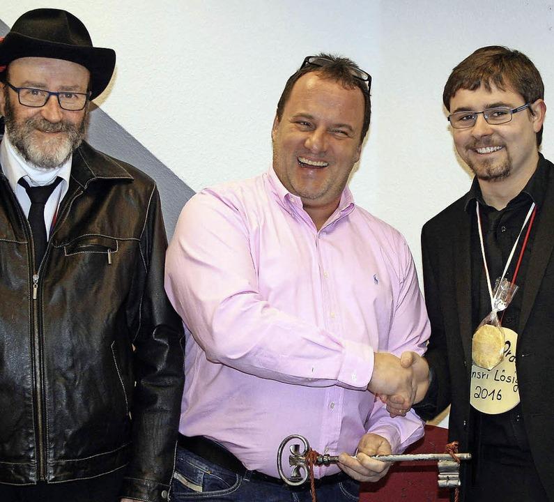 Ein sichtlich erfreuter Bürgermeister-...r Burger den Rathausschlüssel zurück.   | Foto: Ralph Lacher