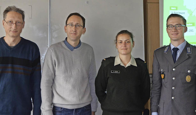 Jugendoffizier Maik Thiesling und Sous...ben der Deutsch-Französische Brigade.   | Foto: Christina Hohwieler