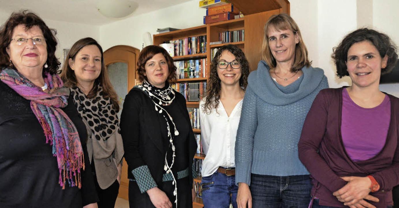 Politikerinnen vor Ort (von links): Bä...um, Birte Könnecke und Sandra Strukely    Foto: Sofia Conraths