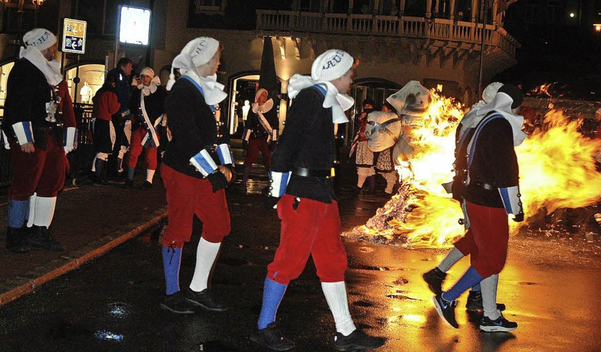 Die Hexe brennt – traurig nehmen...schied von der diesjährigen Fasnacht.     Foto: C. Sahli