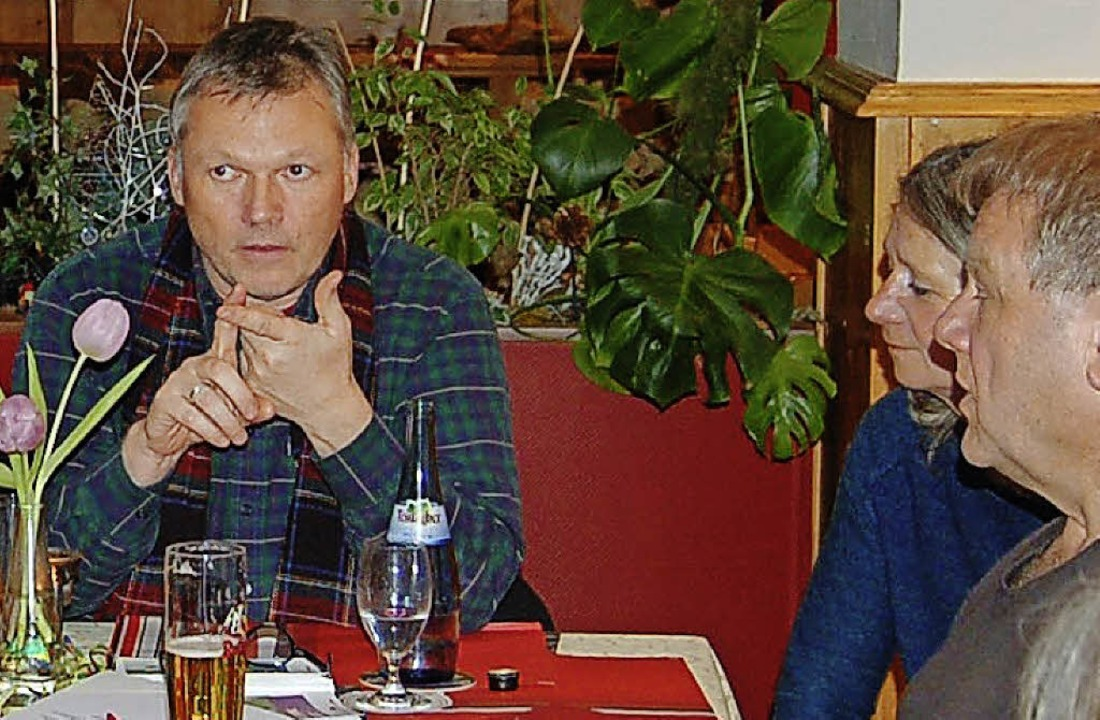 SPD-Landtagskandidat Walter Krögner im...mit Besuchern seiner Diskussionsrunde.  | Foto: Claudia Renk