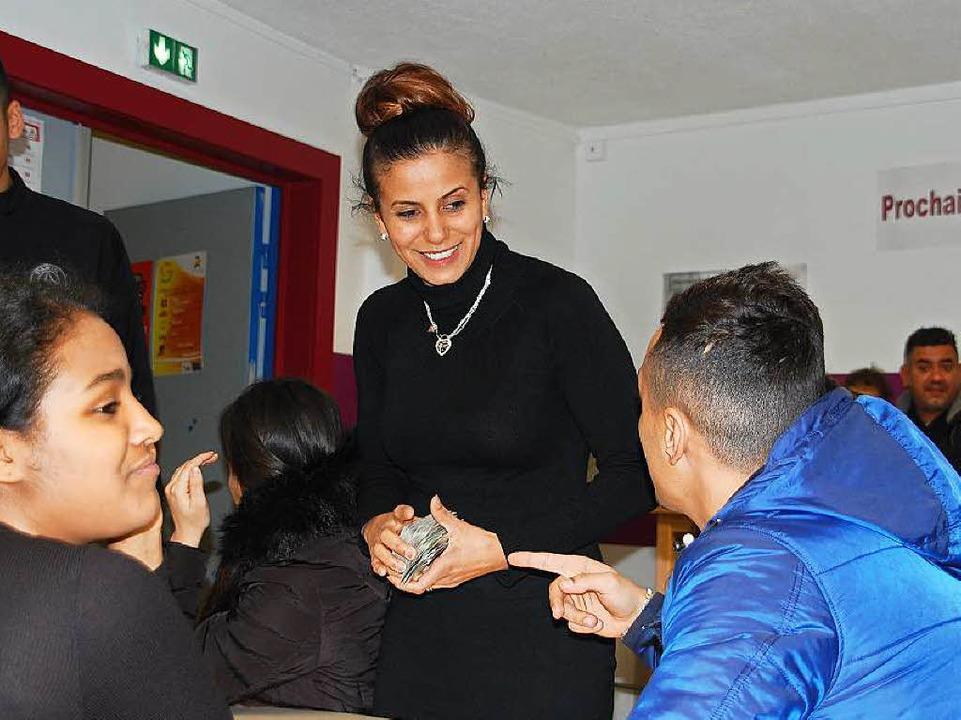 Sozialarbeiterin Jamila Haddoum und  Jugendliche  | Foto: Bärbel Nückles