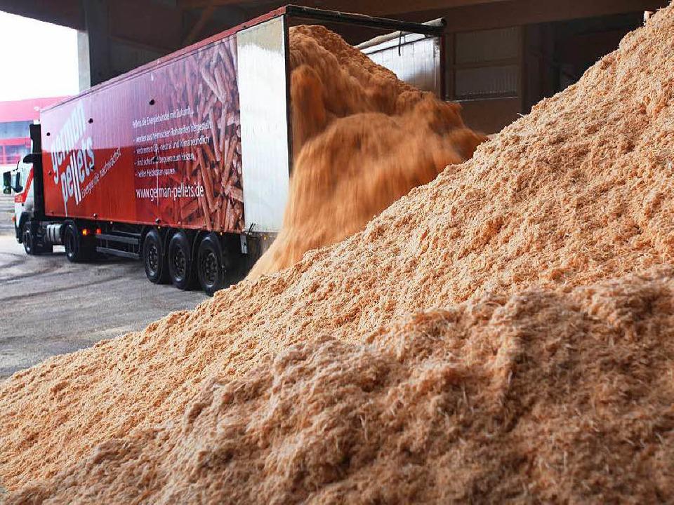 Ein Bild aus besseren Tagen: 2011 wurd...für die Pelletproduktion angeliefert.   | Foto: dpa