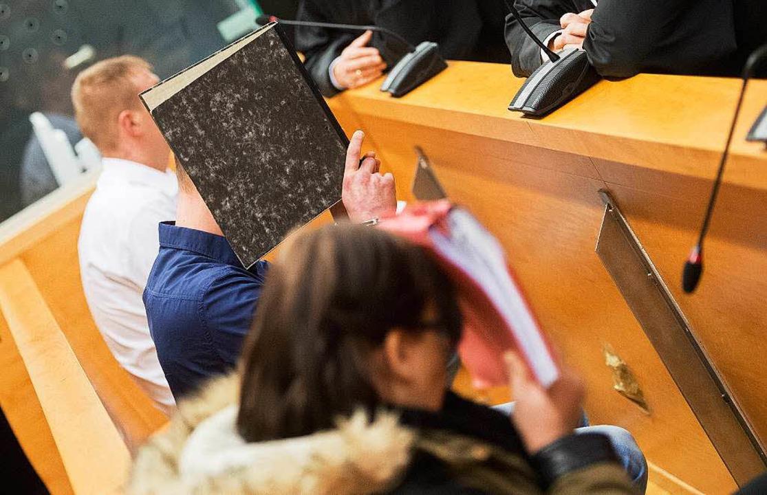 Die Angeklagten Dennis L., Sascha D. u...(von links)   im Landgericht Hannover   | Foto: dpa