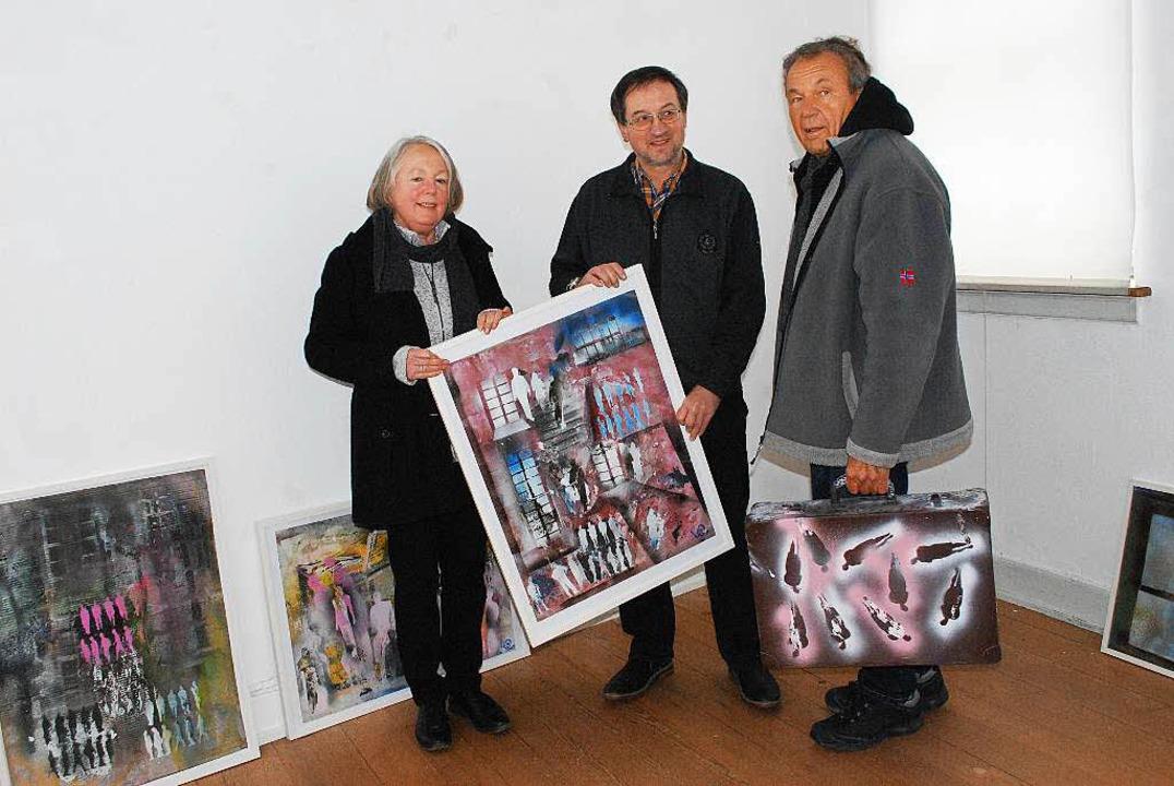 Der Mann mit dem Koffer rechts ist Kün...r und Kuratorin Annegreet Langer-Zais.  | Foto: Sylvia-Karina  Jahn