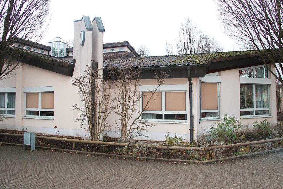 Die am Rosenmontag zerstörten und noch...Schule sind mit Holzplatten gesichert.    Foto: Horst David