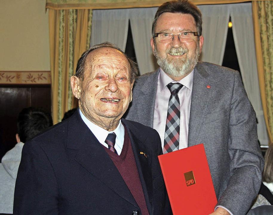 Ludwig Greber (SPD, Alt-Bürgermeister ...für 70 Jahre Engagement in der Partei.  | Foto: Babette Staiger