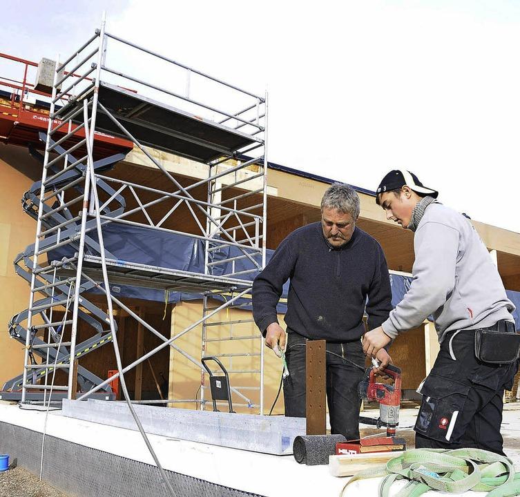 Trotz Sturms geht es voran  beim Hägel...Firma Holzbau Ammann, bei der Arbeit.     Foto: Robert Bergmann