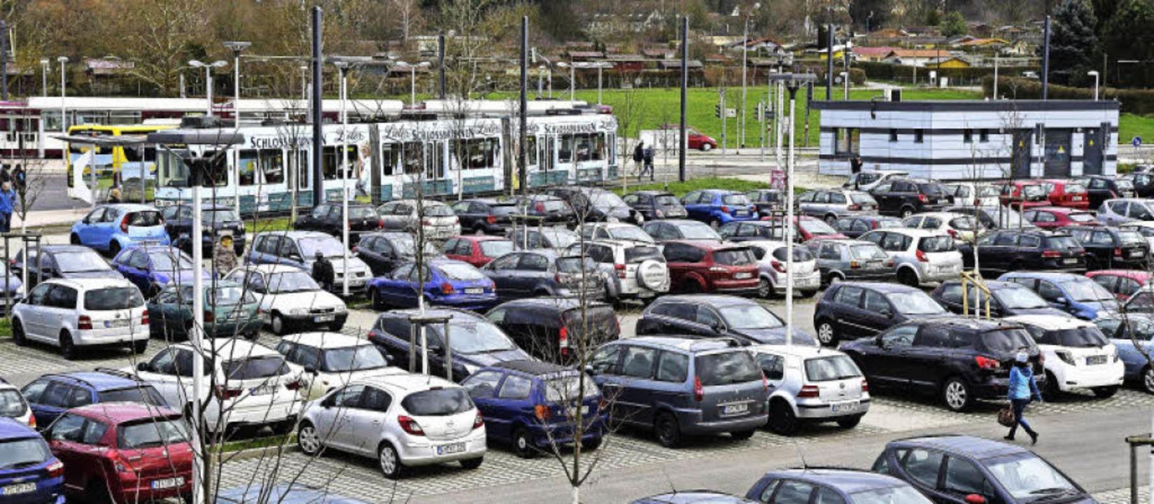 Rege genutzt wird der Parkplatz an der...ngen und vor den Toren Gundelfingens.   | Foto: Thomas Kunz