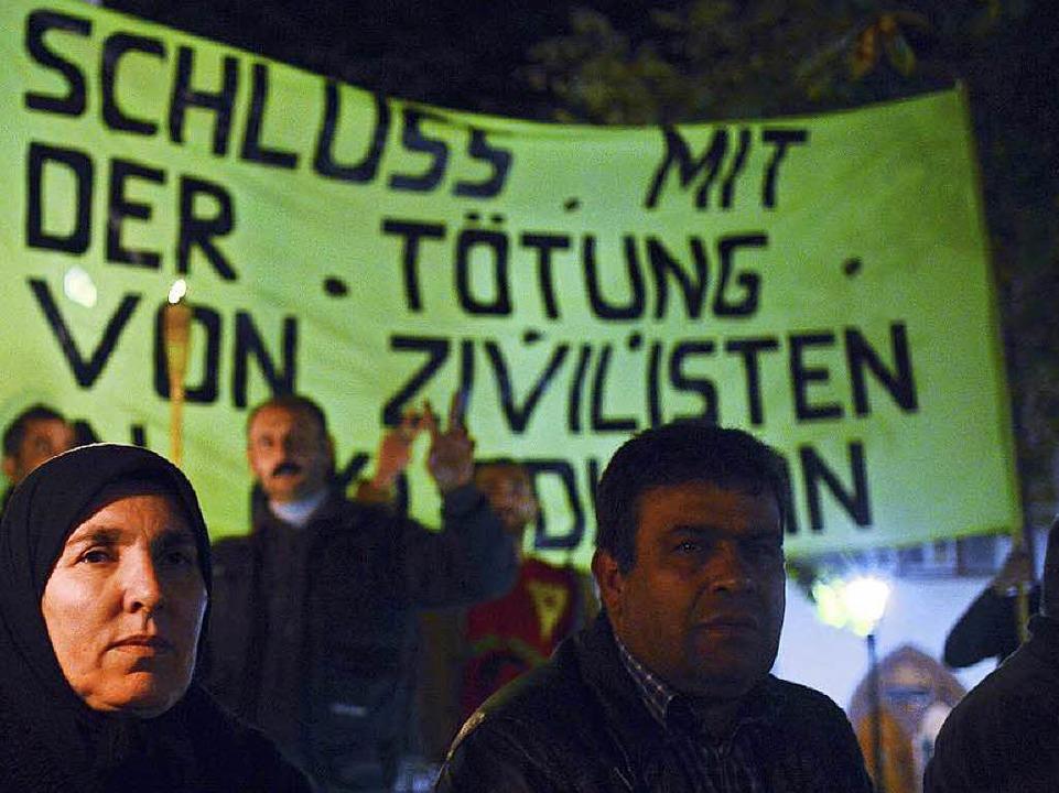 Immer wieder demonstrieren Kurden in d...ernachteten 30 Kurden vor dem Rathaus.  | Foto: Ingo Schneider