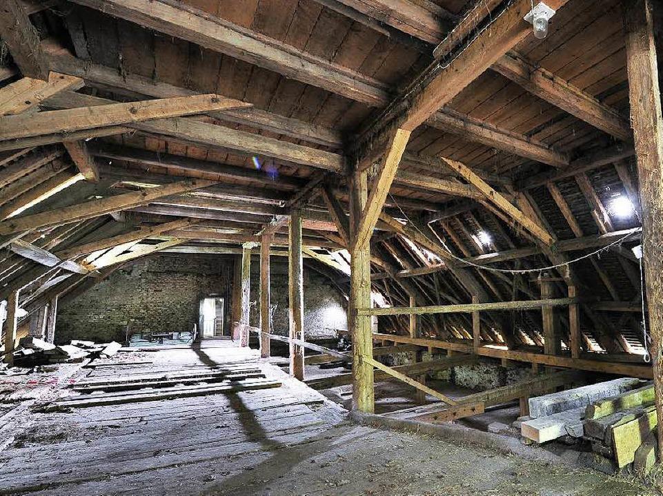 Nicht nur dessen Dachstuhl (rechts) muss saniert werden.  | Foto: Thomas Kunz