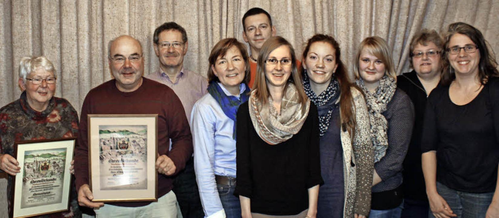 Geehrte und Vorstandsmitglieder auf ei...y, Martina Reinauer und Jutta Schmidt.  | Foto: Cremer