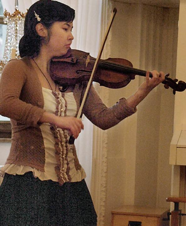 Bei dem hochkarätigen internationalen ...e Geigerin Madina Adamova dem Publikum  | Foto: Karin Stöckl-Steinebrunner