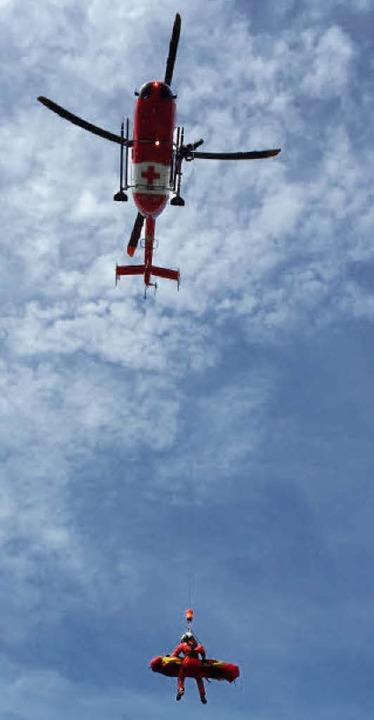 Ein Hubschrauber der Bergwacht im Rett...tz. Oben  Annika Stoll bei einer Übung  | Foto: Bergwacht Schwarzwald