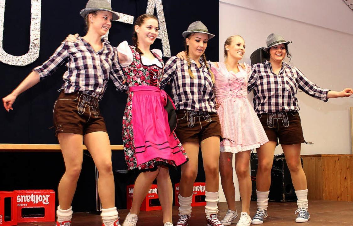 Rotierend zum Applaus: die Showtanzgru...net, Tatjana Greiner und Lisa Rotzler   | Foto: anja bertsch