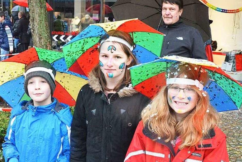 Kaum eine Pause machte am Sonntag der Regen – aber weder die rund 3500 Narren aus 159 Zünften und Cliquen, noch die rund 15 000 Besucher konnte das davon abhalten, entlang der Hauptstraße ein ausgelassenes Fest zu feiern. (Foto: Ulrich Senf)