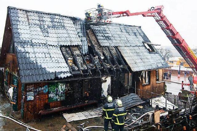 Feuer verwüstet den Golden Pudel Club in Hamburg
