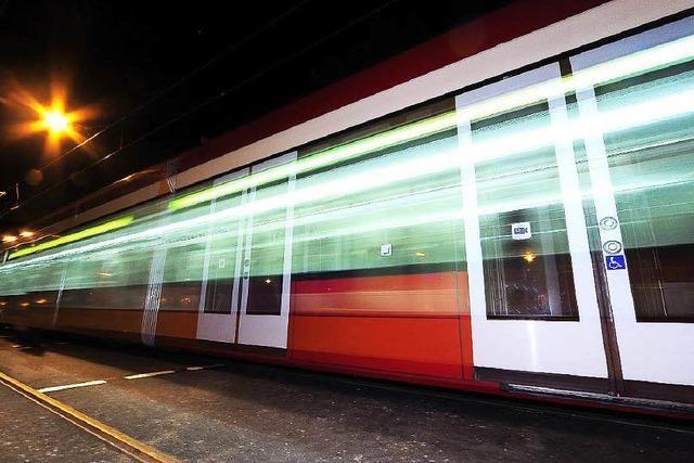 Fußgängerin von Straßenbahn angefahren und schwer verletzt