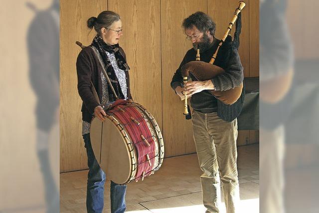 Gabriele und Jörg Wegner musizieren zu Folkloretanz