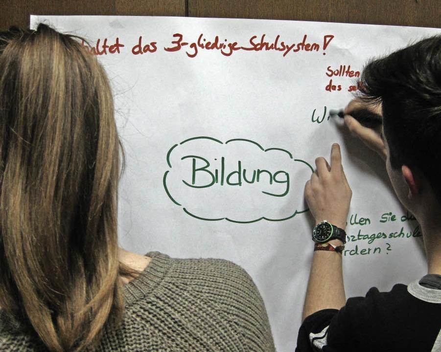 Themen für Fragen schälen Jugendliche heraus.  | Foto: Marco Kupfer