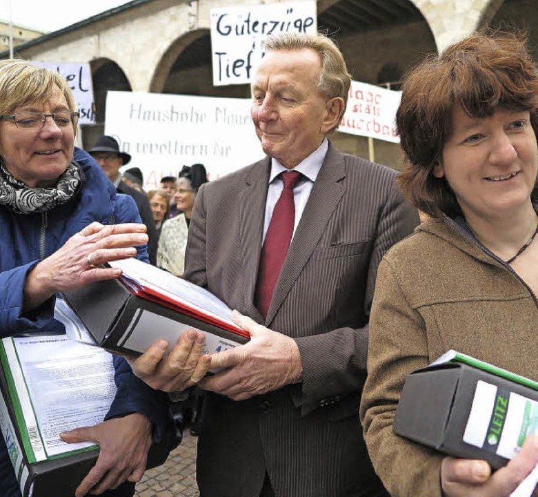 Hausaufgaben für  Politiker: Edith Sit... links) mit den Unterschriftenlisten.   | Foto: Dorothee Philipp
