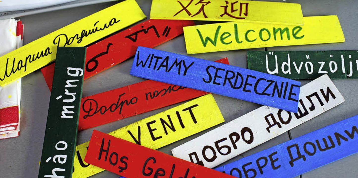 Wie auf diesen bunten Täfelchen heißen...Münstertal die Flüchtlinge willkommen.  | Foto: dpa