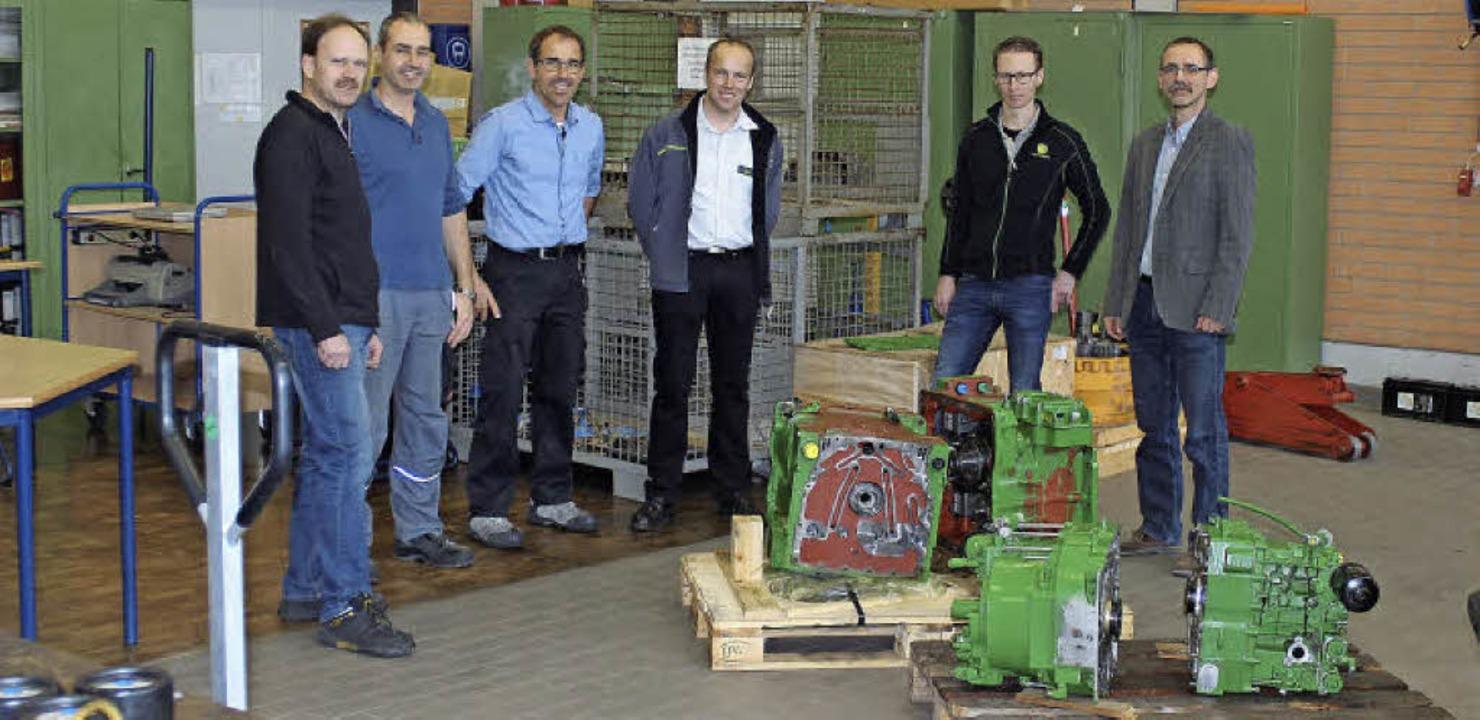 Die technischen Lehrer Markus Lurk und...en sich über das High-Tech-Getriebe.    | Foto: privat