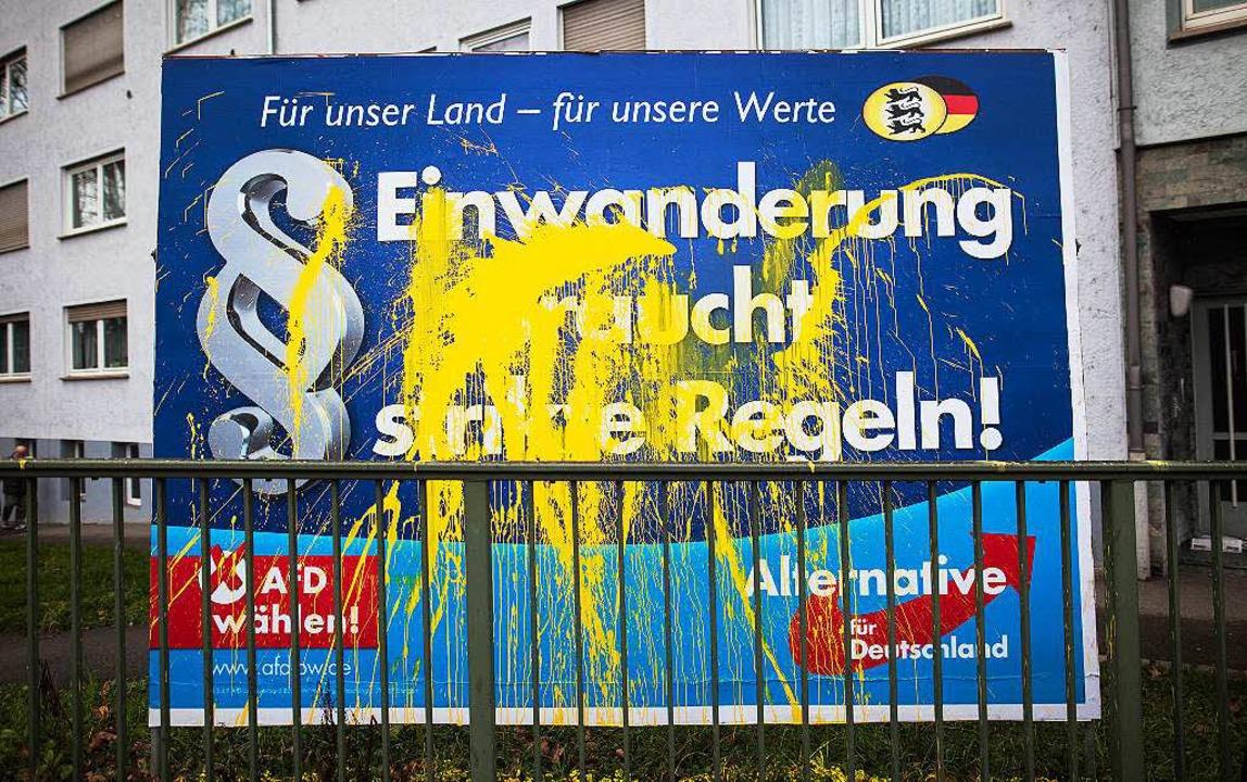 Farbattacke auf ein AfD-Plakat.  | Foto: dpa