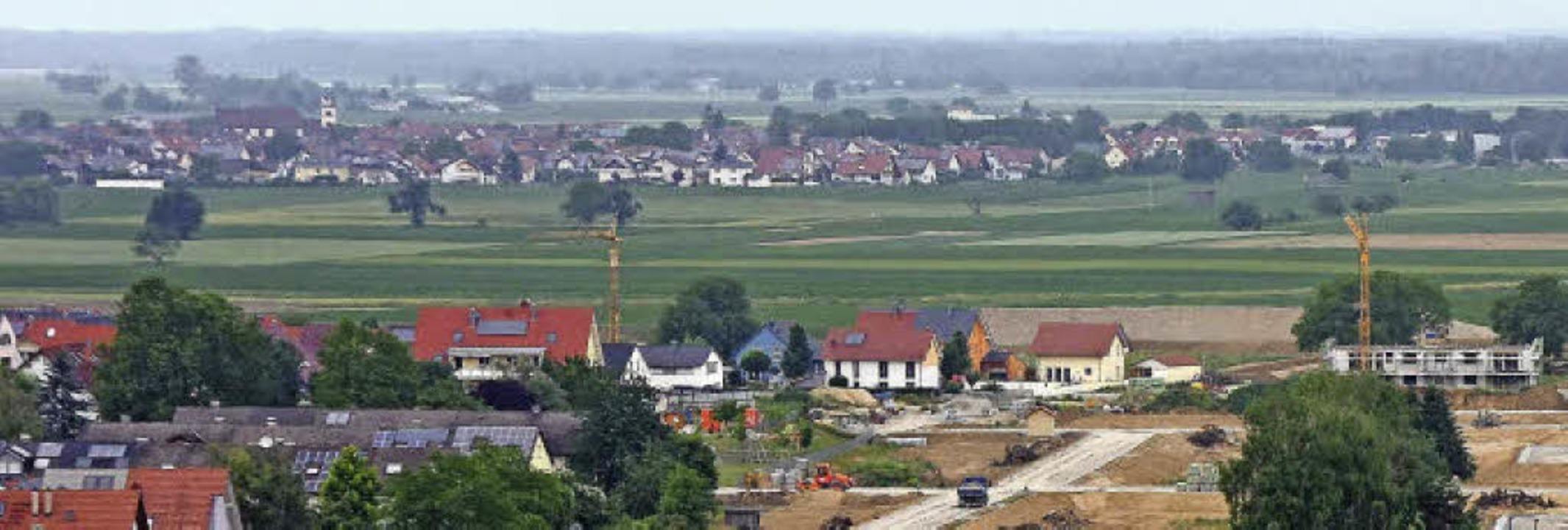Blick über den östlichen Stadtrand von... dass beide Gemeinden zusammenwachsen.  | Foto: Martin Wendel