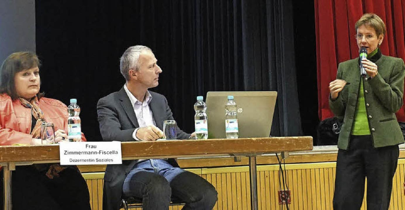 Landrätin Marion Dammann (rechts)  erl...tte Hauptamtsleiter Götz Beckenbauer.   | Foto: Martina David-Wenk