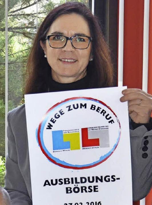 Tosca Vogt zeigt das Plakat der Börse.  | Foto: Martina Weber-Kroker