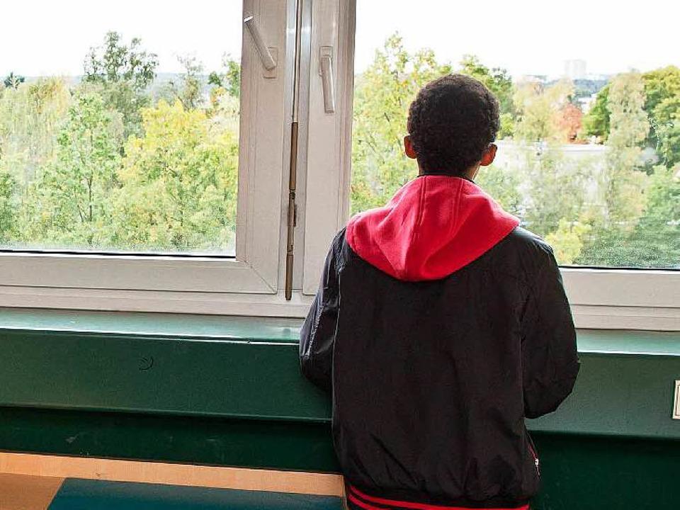 Ängste und Hoffnungen: ein junger Flüchtling in seiner Wohngruppe  | Foto: dpa