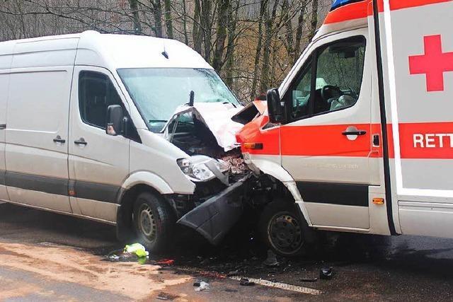 Transporter kollidiert mit Rettungswagen: Zwei Schwerverletzte