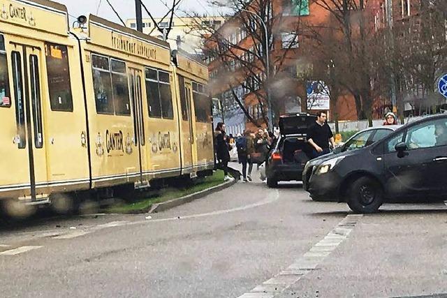 Auto kollidiert mit Tram auf der Merzhauser Straße