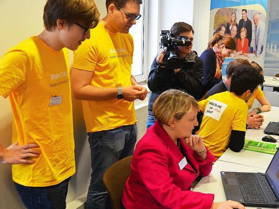 Wahl-O-Mat in Aktion: Die Generalsekre...rand (Grüne) spielen die Thesen durch.  | Foto: Dorothee Soboll